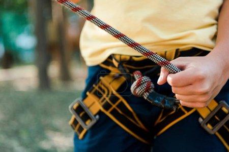 Foto de Recortado vista de niño sosteniendo cuerda mientras de pie fuera - Imagen libre de derechos