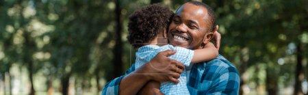 Photo pour Plan panoramique de heureux père afro-américain étreignant son fils - image libre de droit