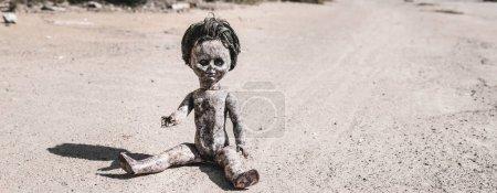Photo pour Photo panoramique de la vieille poupée et effrayante sur le sol, concept post-apocalyptique - image libre de droit