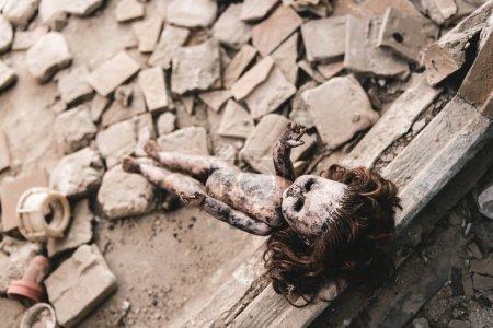 Photo pour Focus sélectif de la poupée sale et effrayante sur le sol, concept post-apocalyptique - image libre de droit