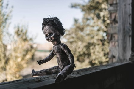 Photo pour Selective focus of scary and burnt baby doll, post apocalyptic concept - image libre de droit