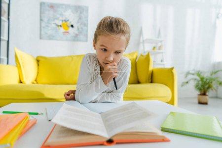 Photo pour Foyer sélectif d'enfant coûteux étudiant à la maison - image libre de droit