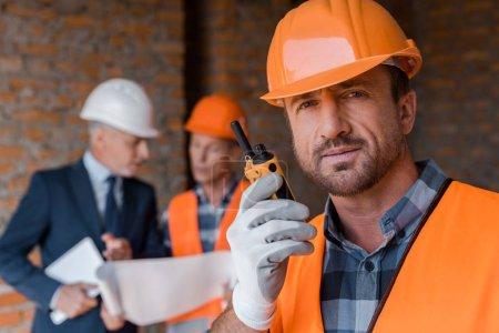 Photo pour Focus sélectif d'un beau barbu tenant un talkie - image libre de droit