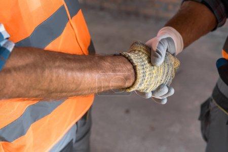 Photo pour Vue en coupe du constructeur serrant la main de l'architecte - image libre de droit