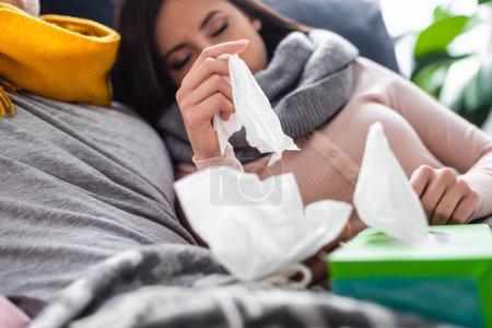 Photo pour Foyer sélectif de petite amie malade tenant des serviettes dans l'appartement - image libre de droit