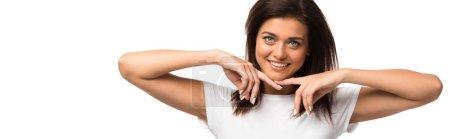 Photo pour Jeune femme souriante posant en t-shirt blanc, isolée sur blanc - image libre de droit