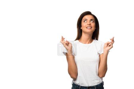 Photo pour Femme gaie en t-shirt blanc tenant les doigts croisés, isolée sur blanc - image libre de droit