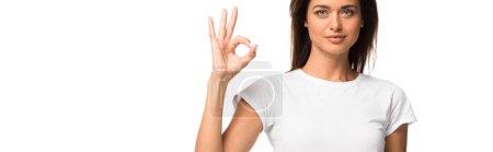 Photo pour Belle femme en t-shirt blanc montrant ok signe, isolé sur blanc - image libre de droit