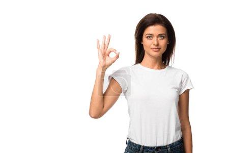 Photo pour Jolie fille en t-shirt blanc montrant ok signe, isolé sur blanc - image libre de droit