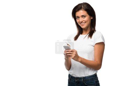 Photo pour Jeune femme souriante utilisant un smartphone, isolée sur blanc - image libre de droit