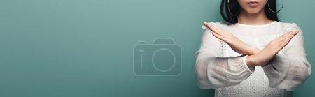 Foto de Recortado vista de morena mujer asiática mostrando stop gesture en verde fondo, tiro panorámico - Imagen libre de derechos