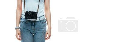 vista recortada de la mujer con cámara digital aislada en blanco, plano panorámico