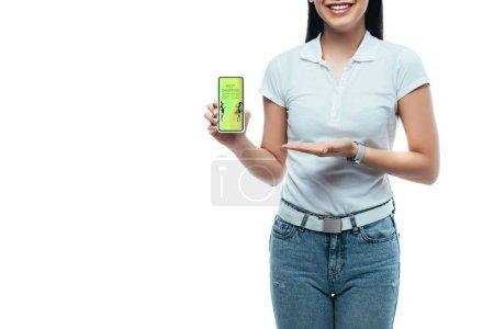 Photo pour Vue recadrée de heureux brunette asiatique femme présentant smartphone avec la meilleure application shopping isolé sur blanc - image libre de droit