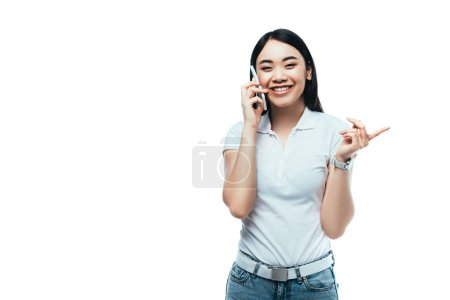 glücklich attraktive asiatische Mädchen reden auf Smartphone isoliert auf weiß