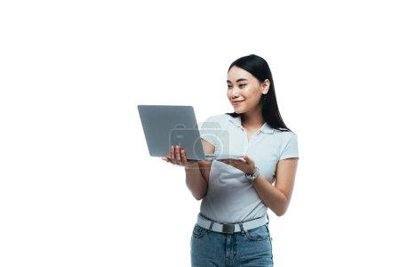 Photo pour Sourire asiatique fille à l'aide d'ordinateur portable isolé sur blanc - image libre de droit