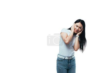 Photo pour Fille asiatique confuse se couvrant les oreilles avec les mains isolées sur blanc - image libre de droit