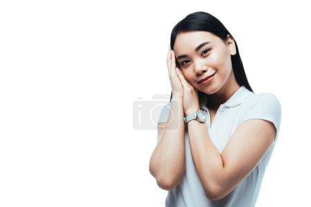 Photo pour Jolie asiatique souriante avec les mains près du visage isolé sur blanc - image libre de droit