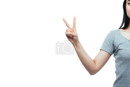 Photo pour Crochet vue d'une fille asiatique montrant un signe de paix isolé sur blanc - image libre de droit