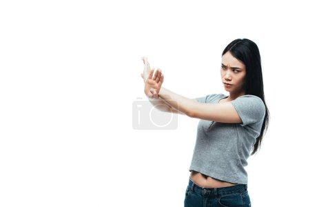 Photo pour Une fille asiatique mécontente montrant un geste d'arrêt isolée sur blanc - image libre de droit