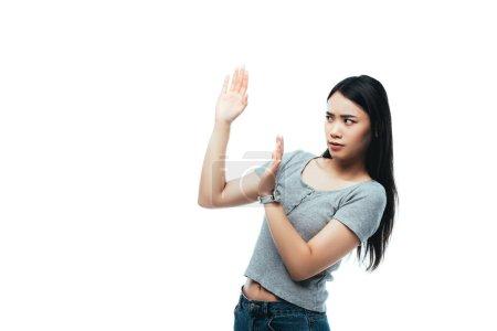 Foto de Disgustado chica asiática mostrando ningún gesto aislado en blanco - Imagen libre de derechos
