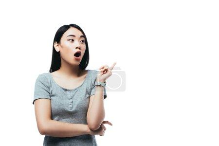 Photo pour Choqué asiatique fille avec ouvert bouche montrant idée geste isolé sur blanc - image libre de droit