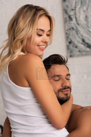 Photo pour Joyeux couple souriant au lit le matin - image libre de droit