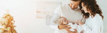 Photo pour Plan panoramique de femme heureuse debout près du mari tenant bébé adorable - image libre de droit