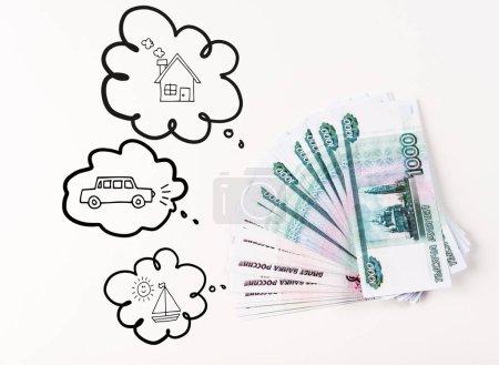 Photo pour Vue d'ensemble de l'argent russe sur fond blanc près de bulles imaginaires avec illustration de voiture, de bateau et de maison - image libre de droit