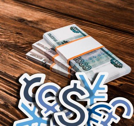 Photo pour Les billets de banque russes sur une table en bois avec icônes - image libre de droit