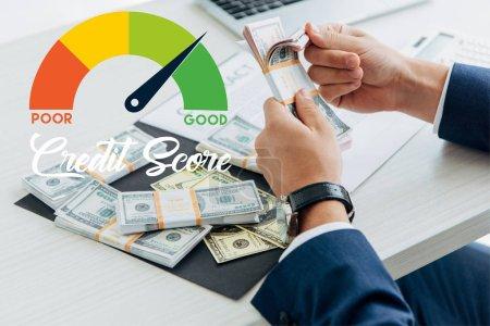 Foto de Visión aproximada de los hombres de negocios que cuentan el dinero en el cargo con ilustración de resultados crediticios - Imagen libre de derechos
