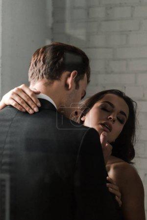 Photo pour Beau couple séduisant serrer et flirter à l'intérieur - image libre de droit