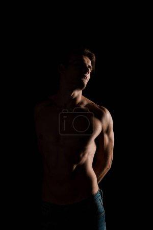Photo pour Chemise homme sensuel posant isolé sur noir - image libre de droit