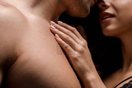 Photo pour Vue recadrée de couple passionné embrassant ensemble, isolé sur noir - image libre de droit