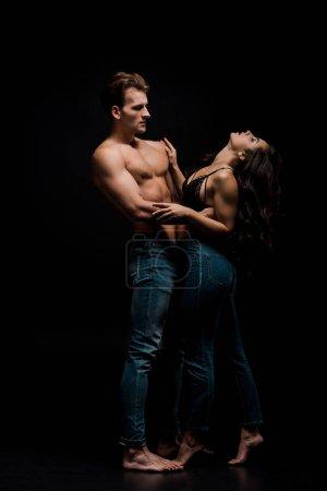 Photo pour Beau couple passionné serrant, isolé sur le noir - image libre de droit