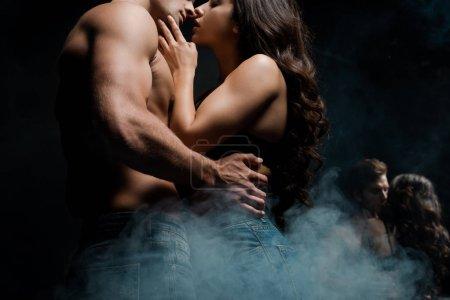 Photo pour Beau couple séduisant embrassant et allant s'embrasser près du miroir - image libre de droit