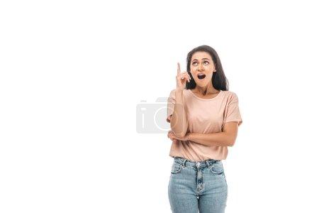 Photo pour Choqué femme afro-américaine levant les yeux et pointant du doigt isolé sur blanc - image libre de droit