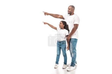 Photo pour Souriant afro-américain père et fille pointant du doigt et regardant loin sur fond blanc - image libre de droit