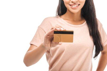 Foto de Vista parcial de la sonriente mujer afriamericana que tiene tarjeta de crédito aislada sobre blanco. - Imagen libre de derechos