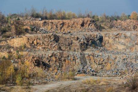 Photo pour Herbe verte près des rochers contre le ciel bleu - image libre de droit