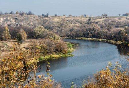 Photo pour Foyer sélectif du lac avec de l'eau bleue près des arbres - image libre de droit