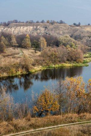 Photo pour Étang avec de l'eau près des arbres verts et des plantes contre le ciel bleu - image libre de droit
