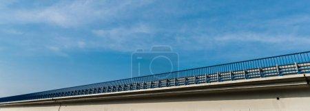 Photo pour En-tête de site Web du pont contre le ciel avec des nuages - image libre de droit