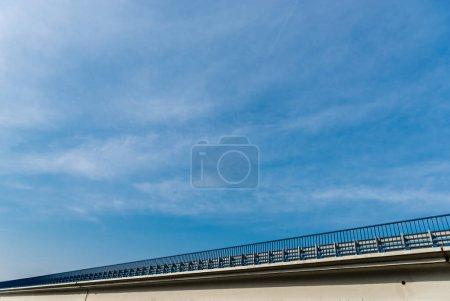 Photo pour Vue à angle bas du pont contre le ciel avec des nuages - image libre de droit