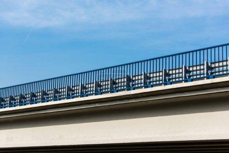 Photo pour Pont moderne contre ciel bleu avec nuages - image libre de droit