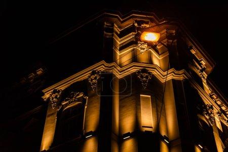 Photo pour Vue à angle bas du bâtiment avec éclairage la nuit - image libre de droit
