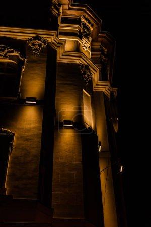 Photo pour Vue à angle bas de l'ancien bâtiment avec éclairage la nuit - image libre de droit