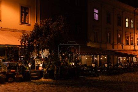 Photo pour LVIV, UKRAINE - 23 OCTOBRE 2019 : personnes assises dans un café avec terrasse le soir - image libre de droit