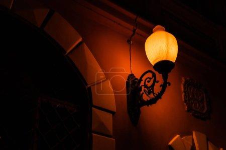Photo pour Lampadaire vintage avec éclairage jaune le soir - image libre de droit