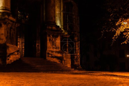 Photo pour Vieux escaliers dans l'ancienne cathédrale dominicaine la nuit - image libre de droit