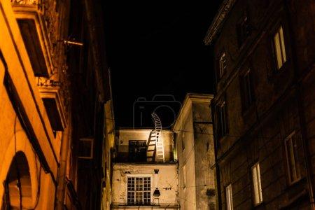 Photo pour Foyer sélectif des maisons avec lumière dans les fenêtres la nuit - image libre de droit